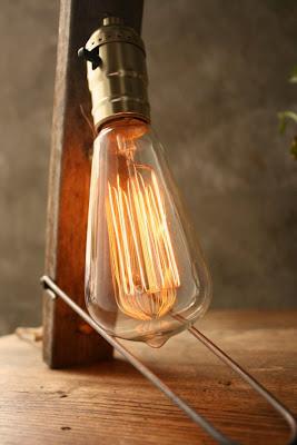 Diseño de lampara con bombillo y madera reciclada