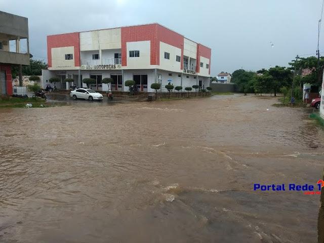 Ruas ficam alagadas após forte chuva em Pedro II