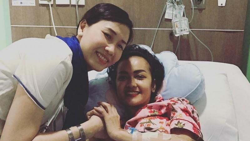 Veronica Tan menjenguk Julia Perez
