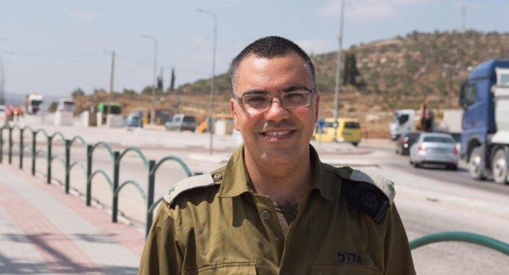 المتحدث باسم الجيش الصهيوني يتلقى هدية من السعودية