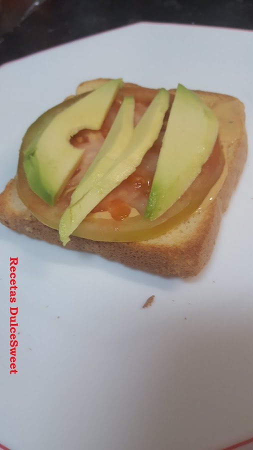 Aguacate, tomate y salsa