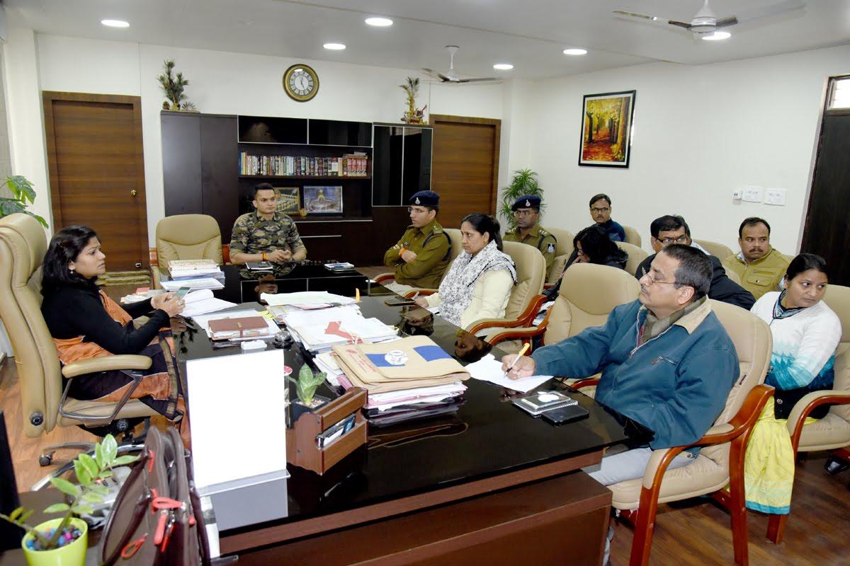 Ratlam News-माफिया के विरुद्ध अभियान में कार्रवाई के लिए कलेक्टर ने अधिकारियों को दिए निर्देश