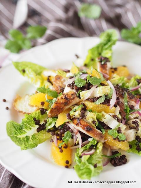 salatki, salata rzymska, kurczak pieczony, salatka z kurczakiem, czarna soczewica, pomarancze, lunch, kolacja, dzien kobiet, salatka dla przyjaciolki