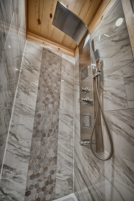 09-Shower-Backcountry-Architecture-with-a-Cosy-Tiny-House-www-designstack-co