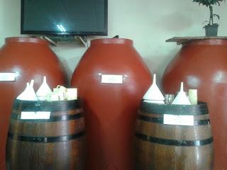 Diversos barriles con vino en la Bodega Lloret