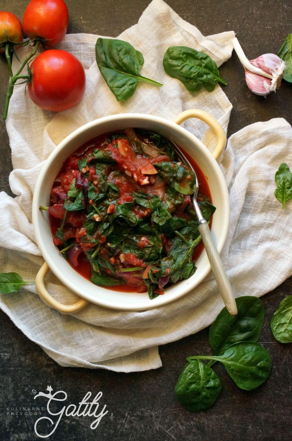 zielone-listki-z-czerwonymi-pomidorami