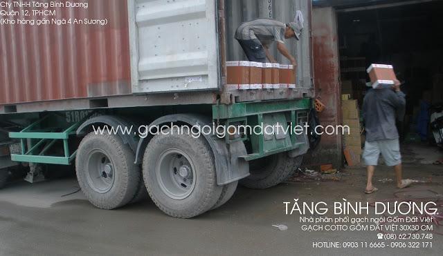 Xe conainer bỏ gạch tàu 30x30 Gốm Đất Việt tại kho Tăng Bình Dương
