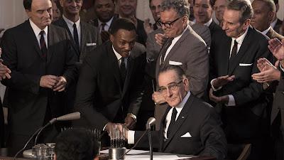 """O filme """"Até o Fim"""" foi inspirado na peça homônima da Broadway e ganhadora do Tony® Awards. Além de interpretar o presidente Lyndon B. Johnson no longa, Bryan Cranston também deu vida ao personagem no teatro. Sua atuação lhe rendeu o mesmo prêmio na categoria de Melhor Ator - Divulgação/HBO"""