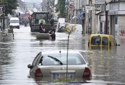 فيضانات عارمة تجتاح مناطق من جنوب فرنسا و سقوط قتلى