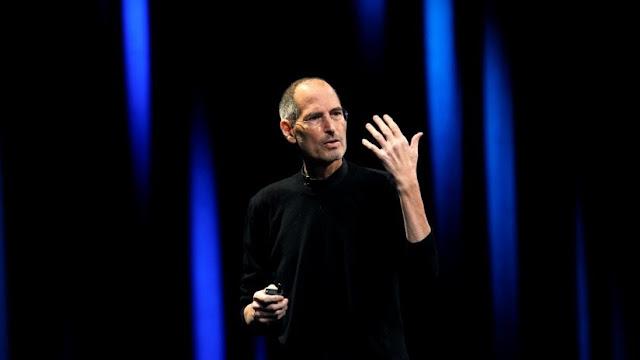La hija de Steve Jobs afirma que su padre la obligaba a ver sus escenas sexuales con su madrastra