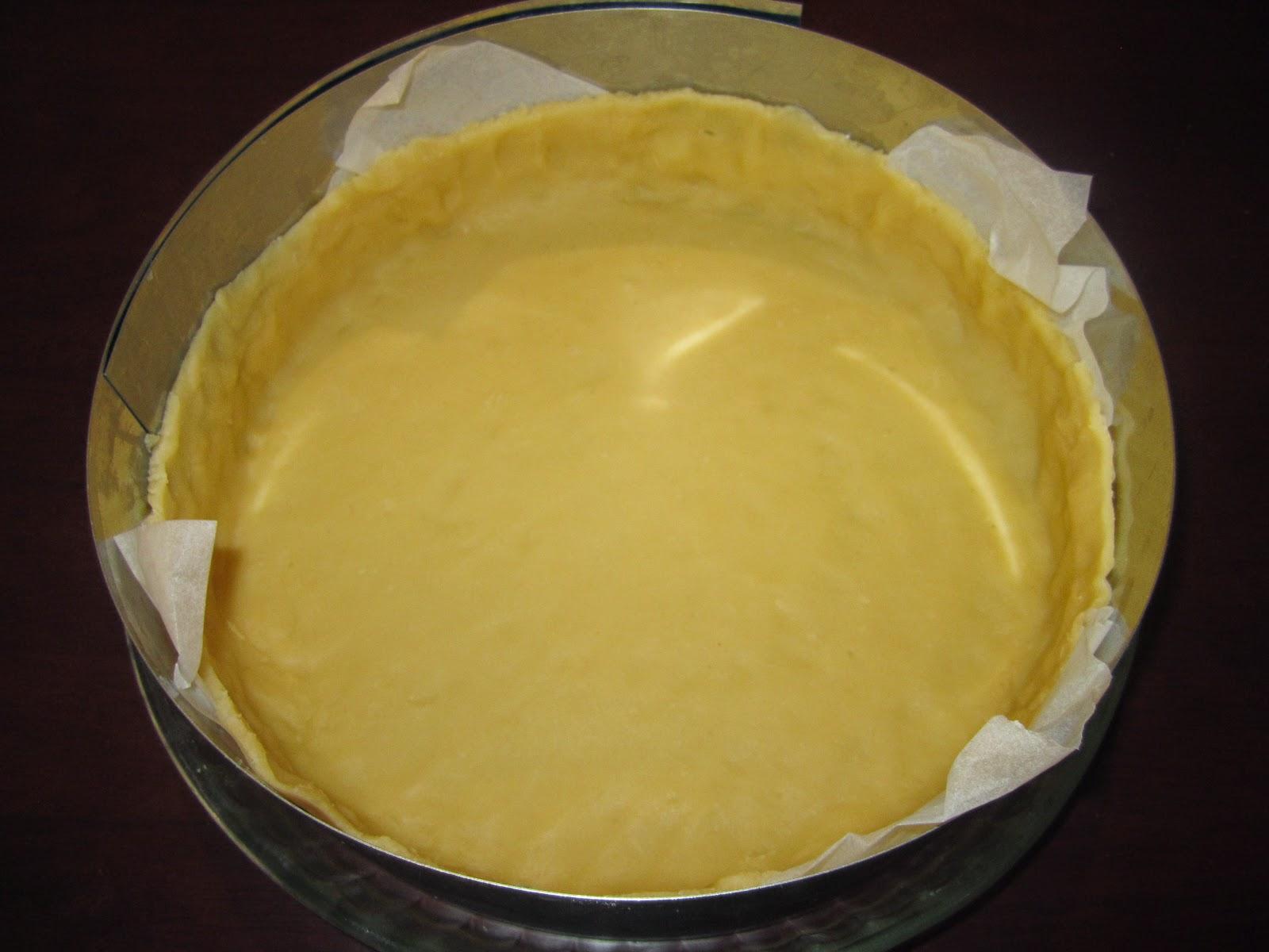 Foncez la pâte dans un moule à bords hauts