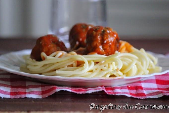 Espaguettis con albóndigas