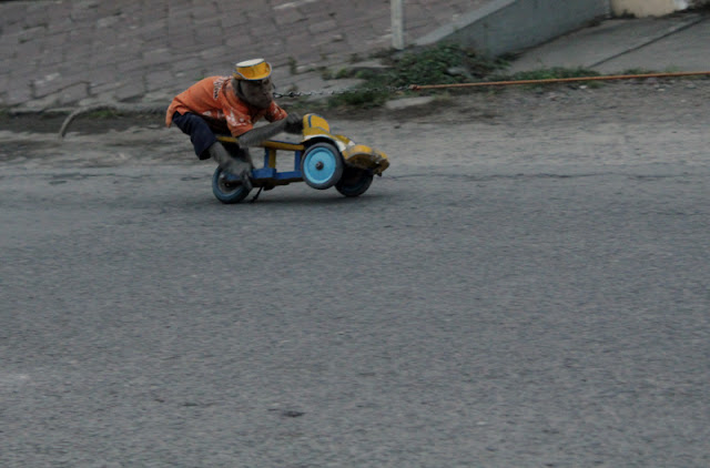 topeng monyet menaiki motor mainan