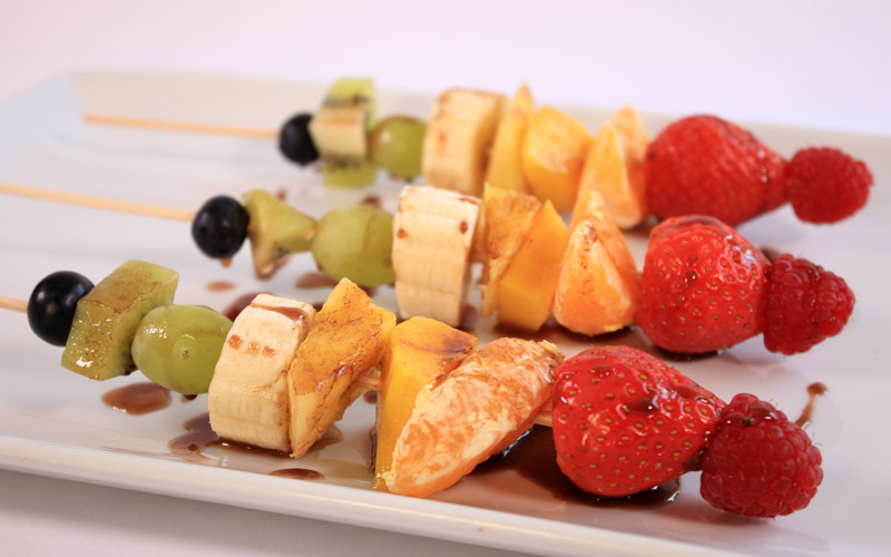 Brochetas de frutas con chocolate
