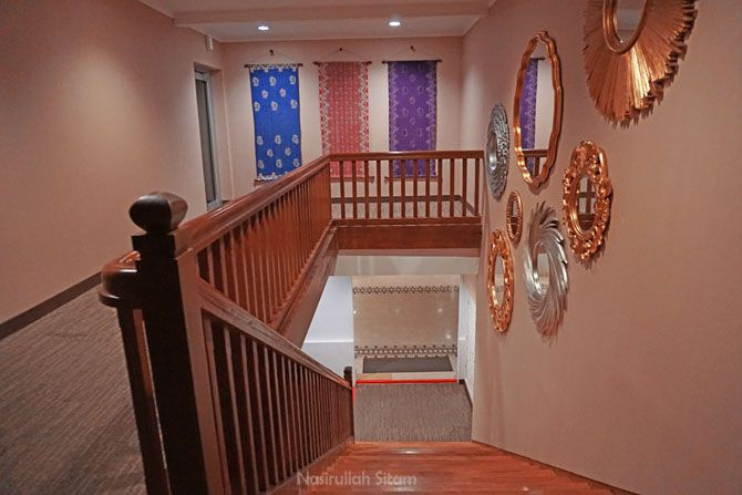 Anak tangga menuju lantai dua dan tiga