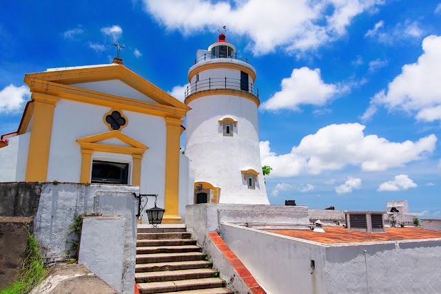 Được xây dựng vào đầu những năm 1600, pháo đài Guia có pháo đài, nhà nguyện và ngọn hải đăng liền kề. Ngọn hải đăng được hoàn thành vào năm 1865 và là ngọn hải đăng kiểu phương Tây đầu tiên trên bờ biển Trung Quốc. Nếu bạn đến Công viên đồi Guia, bạn có thể đi cáp treo và ngắm toàn cảnh thành phố.