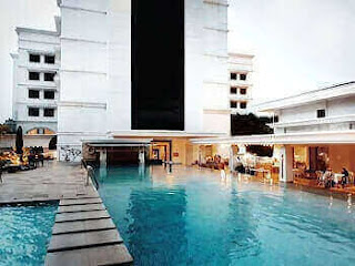 Kolam renang besar Papandayan Hotel Bandung