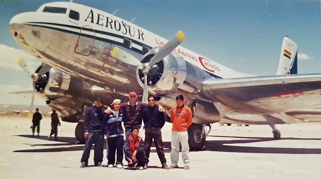 Erinnerungen: Eine alte DC 3 auf dem Salar de Uyuni. Sie flog La Paz Uyuni