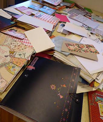 Bordet er fyldt med skønt papir til nye bøger