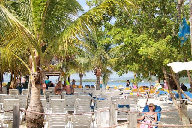 Mahogany Bay, hiekkaranta ja aurinkotuolit