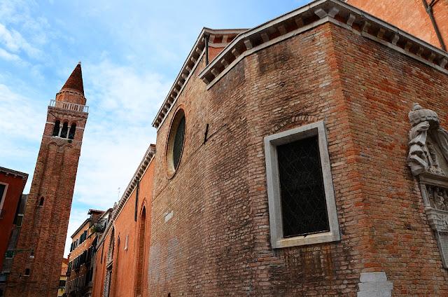Kostel San Paolo Apostoli, Benátčany nazývaný San Polo, s freskou a obrazem Jana Nepomuckého
