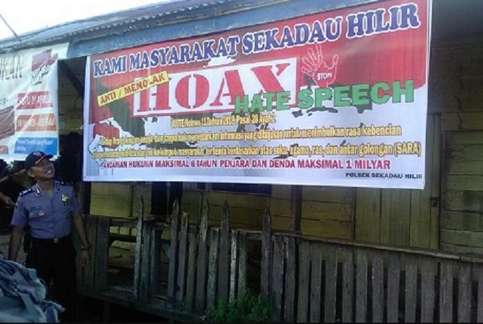 Memerangi dan Melawan Penyebaran Berita Hoax, Bhabinkamtibmas Polsek Sekadau Hilir pasang spanduk Anti Hoax