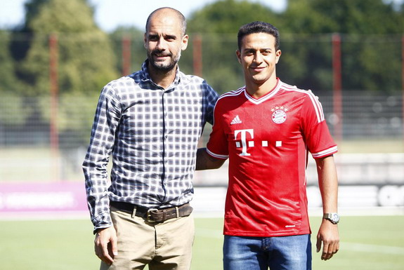 Thiago Alcántara poses with Bayern Munich coach Pep Guardiola during his official presentation