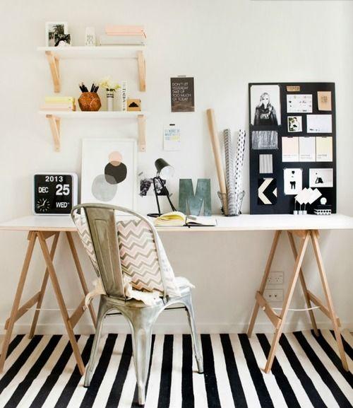 mesa com tampo branco e pés em madeira crua