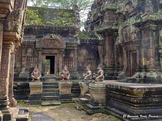 Banteay Srei, guardianes mono y garuda - Angkor, Camboya por El Guisante Verde Project