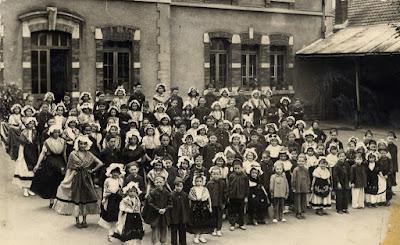 Ecole de Bellevue, préparation de la fête 1953, Les Noces de Jeanneton (collection musée)