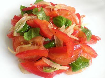 Zdrowa surówka do obiadu z pomidorów