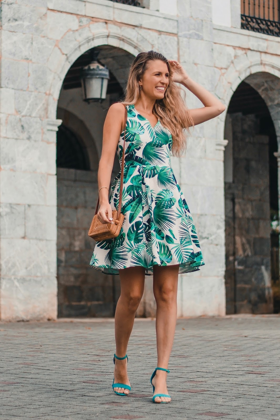 look invitada con vestido tropical