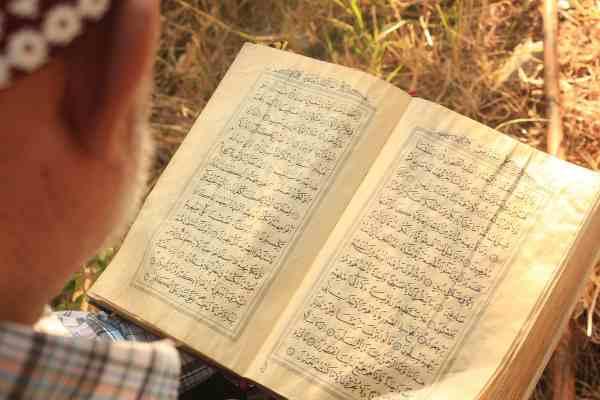 Sampainya Pahala Shodaqoh dan Membaca Al-Qur'an Kepada Ahli Kubur