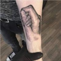 tatuaje mano bebe y padre