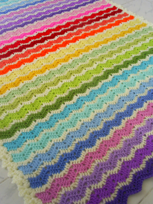 Rainbow ajour, ripple stitch blanket (photo by Handmadebyria) | Happy in Red