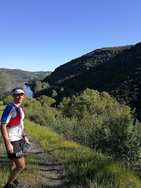 b6f90570e56 ... sai rohkem trekk - tõusud kõndides ja lauged ning laskumised sörgiga.  Lahe Sierra Nevada foot-hills'i maastik - alul hõre mets, siis rulluvatel  mägedel ...