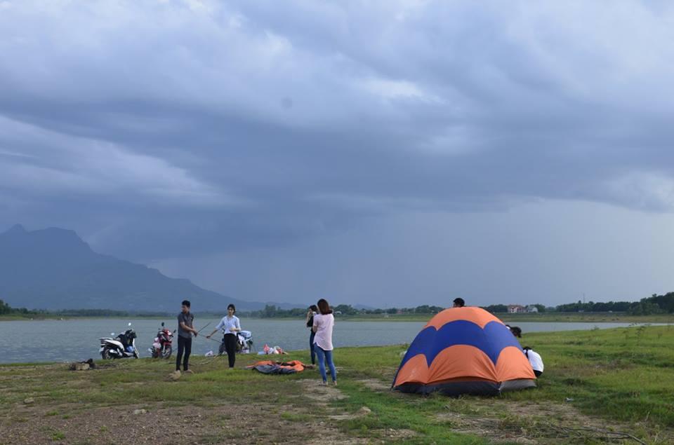 Cắm trại ở hồ Đồng Mô hoặc Suối Hai dưới chân núi Ba Vì