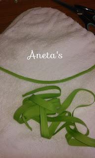 http://anetascamisetas.blogspot.com.es/2015/11/como-hacer-una-capa-de-bano-o-toalla.html