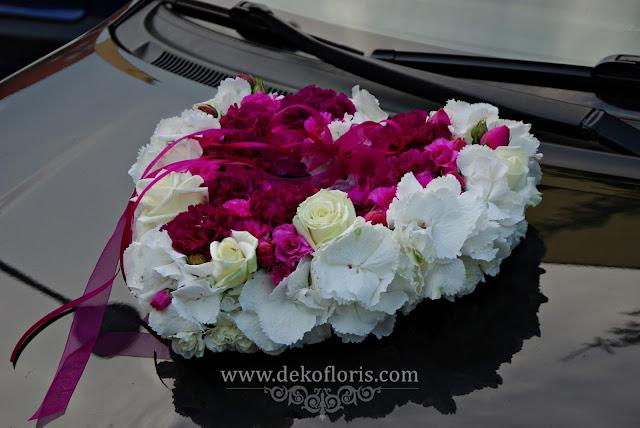 Ślubna dekoracja samochodu nowożeńców -opolskie - kwiatowe serce fuksja