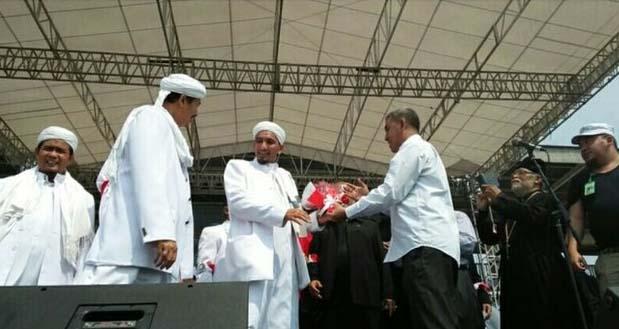Mawar Merah dari Tokoh Lintas Agama Untuk  Perjuangan FPI Merawat Kebhinekaan