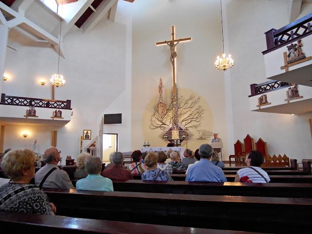 parafia, ławki, krzyż, oświetlenie