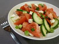 Salata de rosii cu branza si castraveti