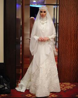Gaun Pengantin Muslimah Karya Oki Setiana Dewi