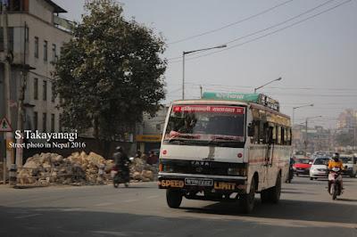 ネパールの頑張っているバス