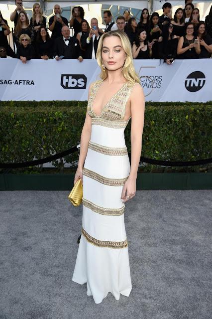 Margot Robbie en total look de Chanel de oro bordado
