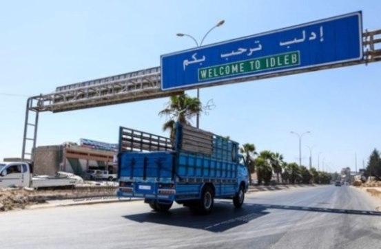 """شاحنة تركية تنقل اسطوانات غاز إلى إدلب لفبركة """"مسرحية جديدة"""""""