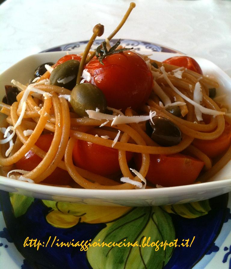 Spaghetti con pomodoro fresco, capperi e ricotta salata