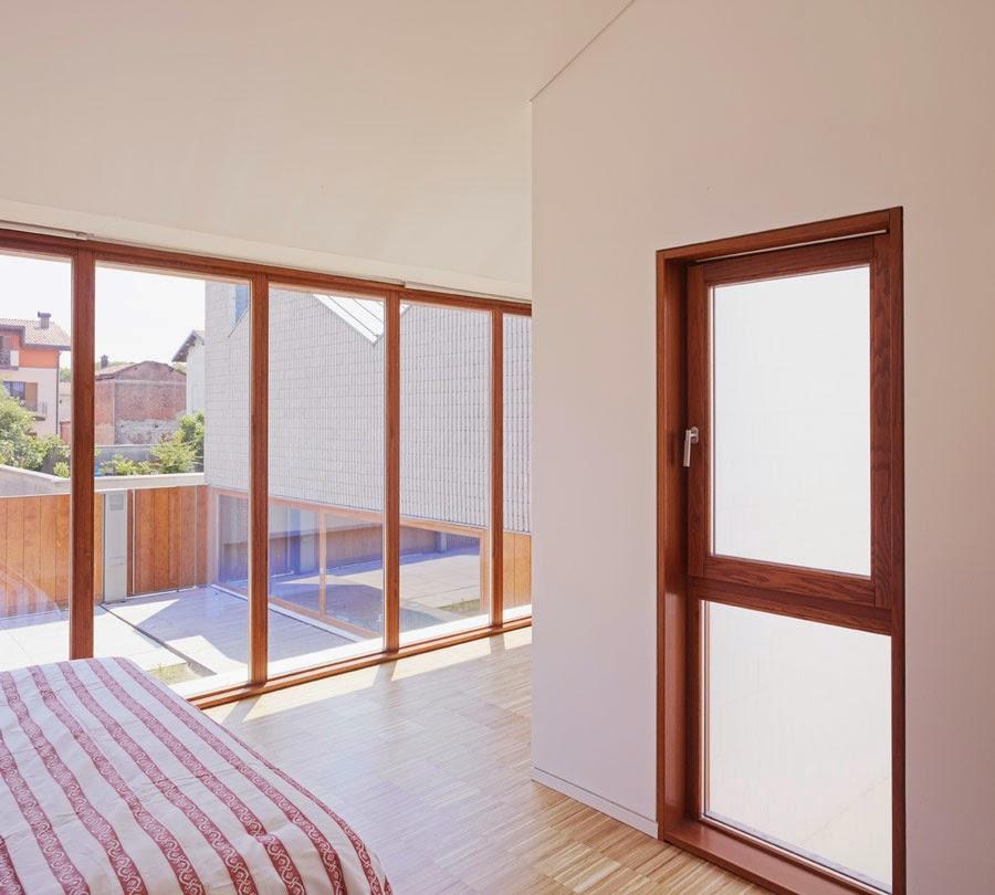 Vista desde el interior de un dormitorio en la planta alta de la casa