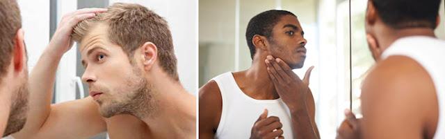 Λευκός νεαρός ξανθός άνδρας πιάνει τα μαλλιά του και μαύρος νέος άνδρας εξετάζει το δέρμα του προσώπου του