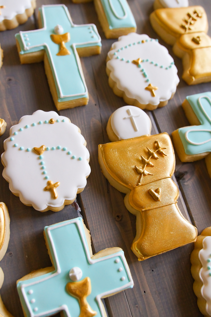 how to decorate first communion cookies for a boy ♥ bakeat350.net #catholiccookies